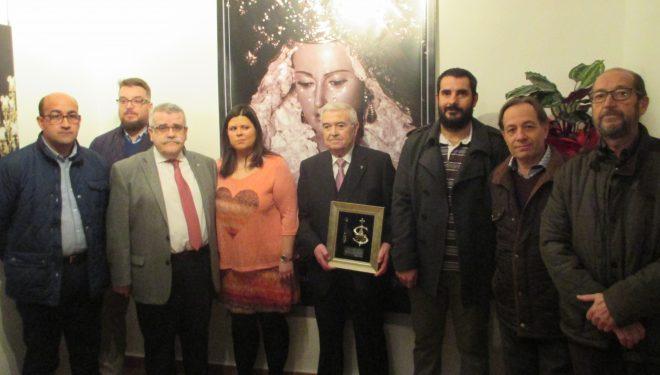 Vicente Lucas recibe el premio anual de la Hermandad de Ntra. Sra. de la Soledad
