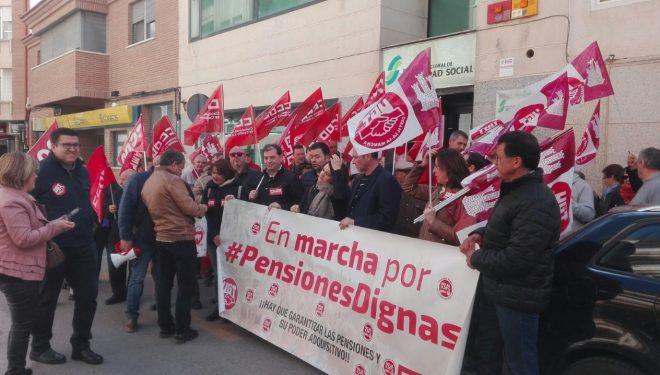 Un centenar de pensionistas se concentraron frente a la Seguridad Social