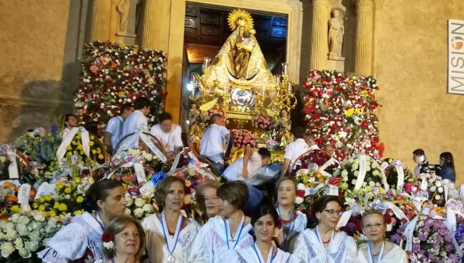 Con la ofrenda de flores y la procesión de retorno, finalizaban los actos en honor a la Virgen del Rosario