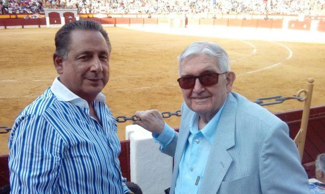 El aficionado hellinero Manuel Torrecilas, junto al ganadero mejicano, José Reyes Huertas