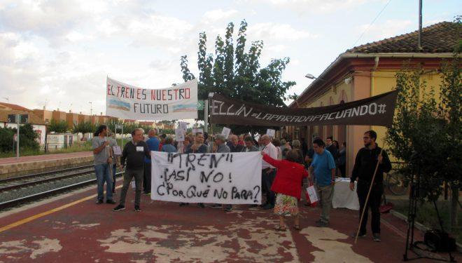 Un centenar de personas se concentraron en el andén de la estación ferroviaria de Hellín