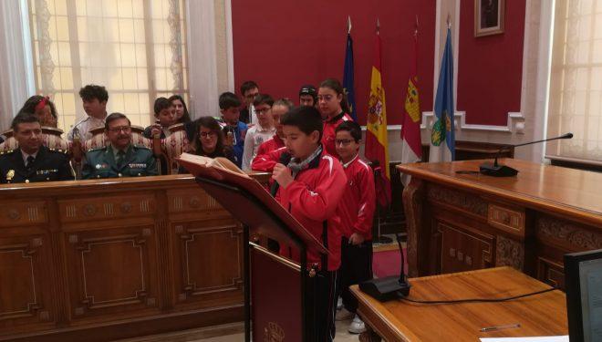 Políticos, profesores y escolares, asociaciones, entidades y colectivos, dieron lectura a los artículos de la Constitución Española