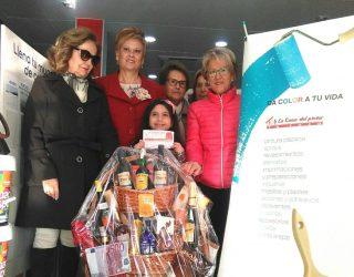 La Asociación de enfermos de Fibromialgia  entrega su cesta de Navidad