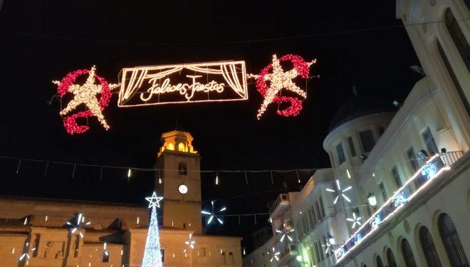 Las calles y plazas de la ciudad ya lucen el alumbrado navideño