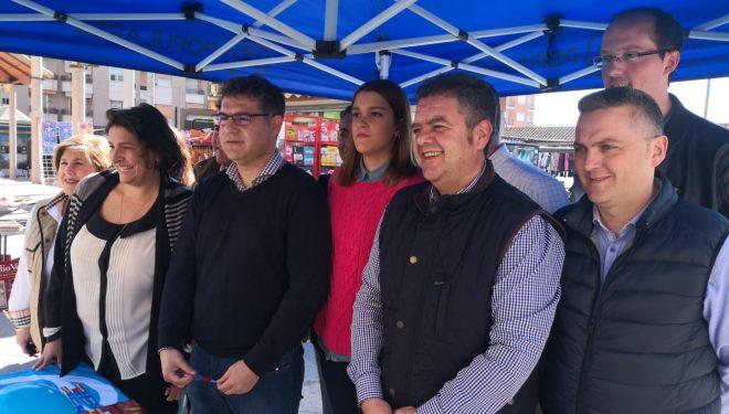 El Partido Popular comenzó su campaña electoral con una mesa informativa en el mercadillo