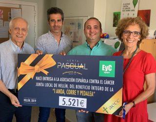 La empresa Eventos y Comidas entrega a la Asociación Española Contra el Cáncer 5.521€