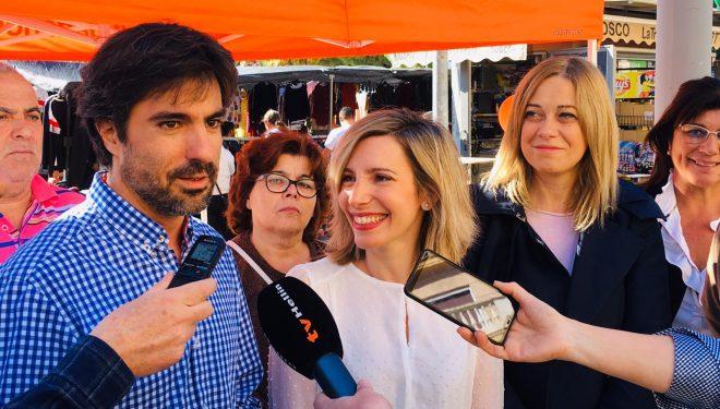 La cabeza de lista de Ciudadanos al Congreso, María Dolores Arteaga, visita e al mercadillo