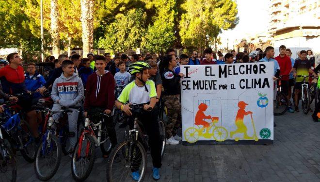 Más de 300 alumnos de los IES, Melchor de Macanaz y Cristóbal Lozano, hacen patente su defensa del Medio Ambiente