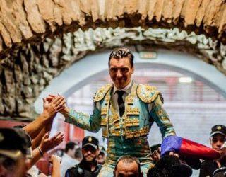 Octavio Chacón, que cortó dos orejas y salió a hombros, triunfador del festejo taurino de la feria