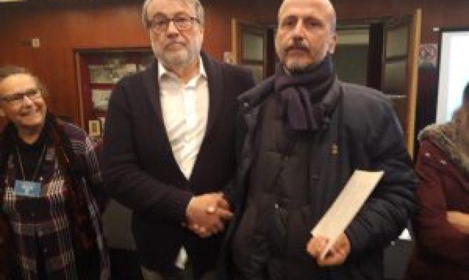 Ramón Lucas entregando el diploma a Juan Tatay.