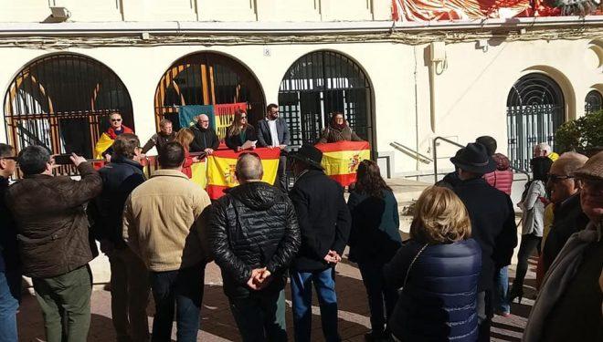 La concejala, Raquel Tomás, lee el manifiesto conjunto de Vox en la puerta de la Casa Consistorial