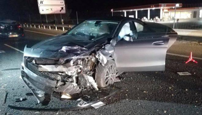 Un hellinero muerto y un herido grave al chocar tres vehículos en la carretera A-30