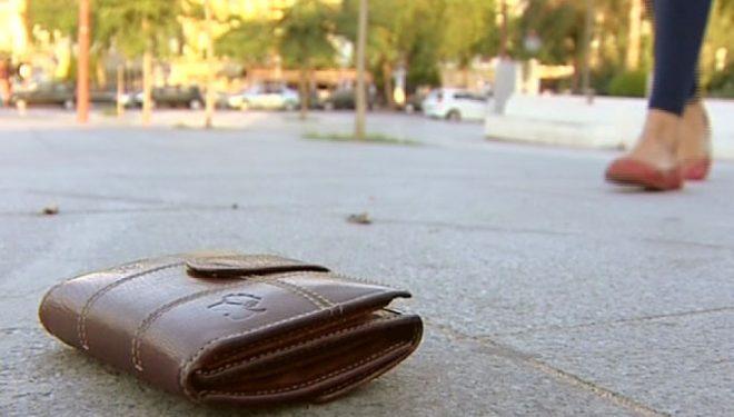 Una vecina de Albacete entrega en la Comisaria de la Policía Nacional una cartera que contenía 810 euros