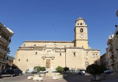 En el Pleno del próximo lunes se presenta una propuesta de Alcaldía para eliminar el aparcamiento en la Plaza de la Iglesia