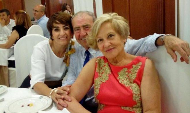 Loles, con sus padres.