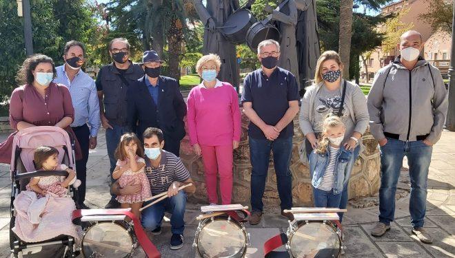 Entrega de los tambores a los niños ganadores del concurso del pasado Viernes de Dolores