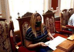La portavoz del G.M VOX Hellín, Raquel Tomás, indignada
