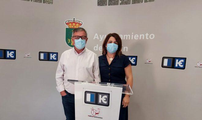 Ramón García, junto a la responsable del área municipal de deportes, María Dolores Vizcaíno