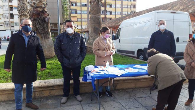 Recogida de firmas del PP en el mercadillo en contra de la Ley Celaá