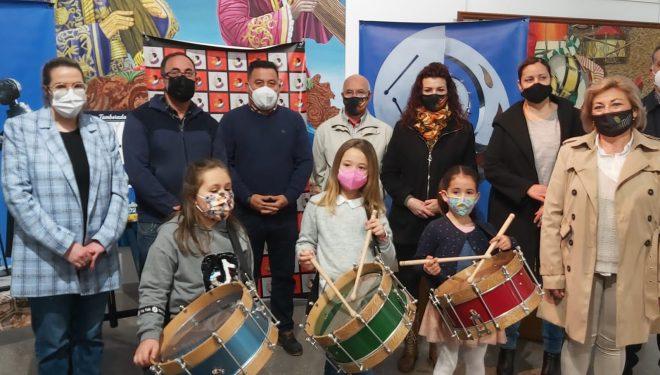 Entrega de premios a las niñas ganadoras del concurso de la tamborada Escolar