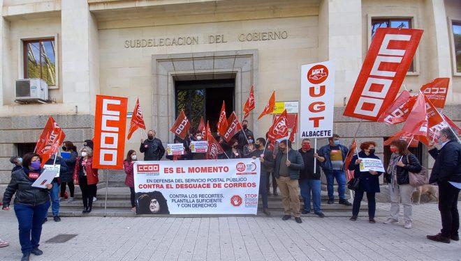 """Los delegados de los trabajadores de CCOO y UGT Correos en Albacete se concentran para denunciar """"el desguace de la mayor empresa pública del país"""""""