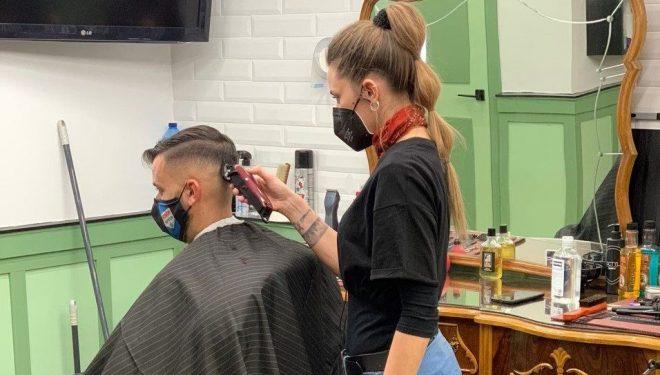 Tras sus interesantes experiencias internacionales, retorna a Hellín la barbera, Eva Suárez