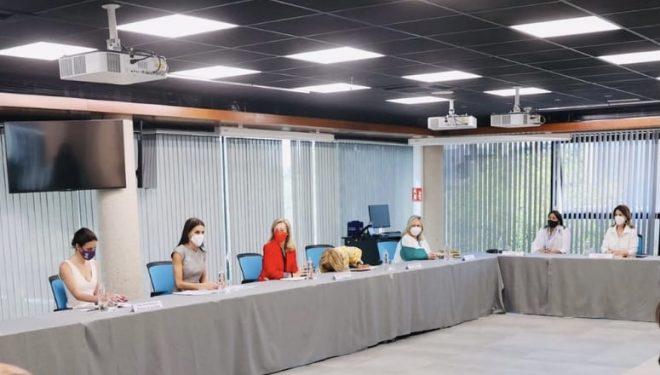 Las responsables de AMEDHE, invitan, en nombre del Ayuntamiento, a los Reyes de España a visitar Hellín