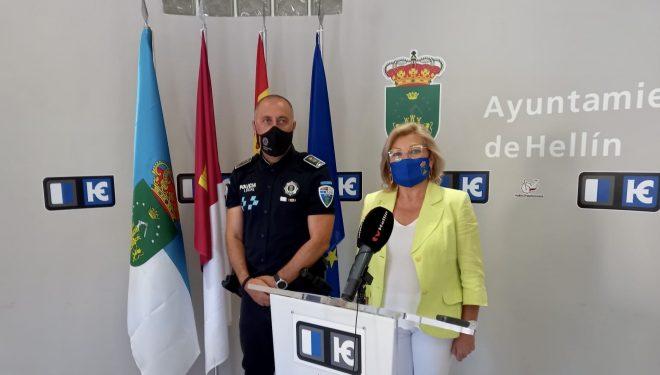 Luscinda Carreres y Francisco José Paterna dan información sobre la campaña de educación vial para alumnos de los centros educativos del municipio