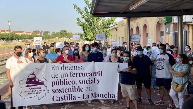 200 personas se concentran en la estación ferroviaria de Hellín para pedir que no se cierre la línea Chichilla-Cartagena