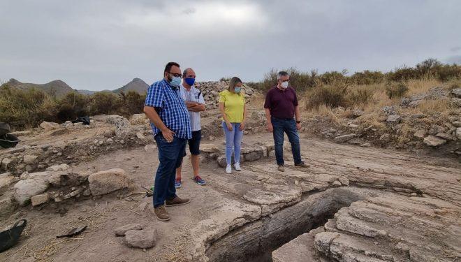El alcalde de Hellín visita las nuevas excavaciones del Parque arqueológico del Tolmo de Minateda