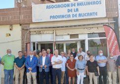 Alcalde y concejala de Turismo visitan la remodelada sede de la Asociación de Hellineros de Alicante